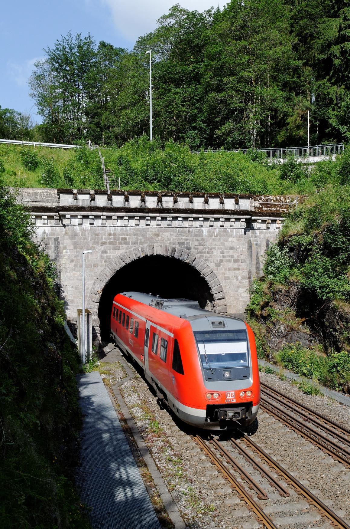 Ein Regionalexpress verlässt den Brandleitetunnel bei Gehlberg