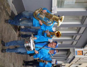 Marching-Band unterwegs zur Haltestelle
