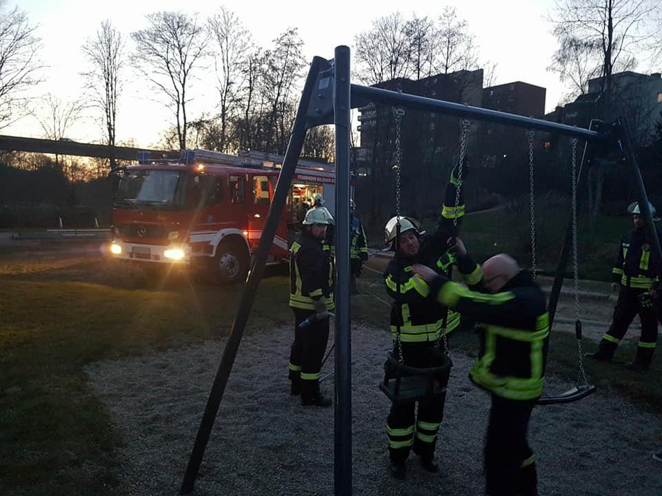 Die Feuerwehr an der Schaukel, Bild: FW LB Sulzbach @ Facebook