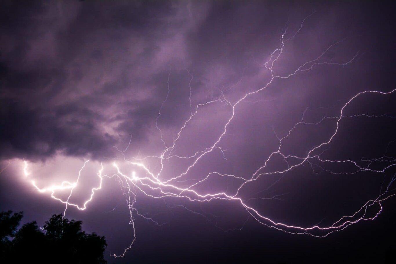 Blitze einer Gewitterfront (Symbolbild)