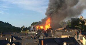 Der brennende Dachstuhl der Gemeindeverwaltung Saarburg, Bild: Alexander Schirrah