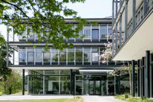 Der Eingang und die Zufahrt der Bertelsmann Stiftung   Bild: Bertelsmann Stiftung
