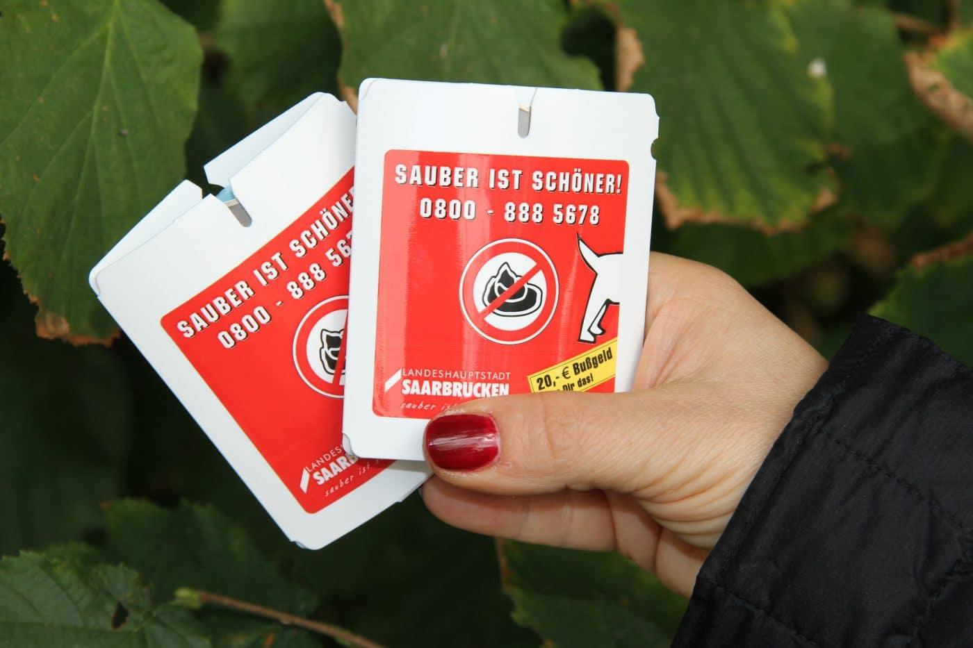 ZKE verteilt Hundekot-Beutel im Deutsch-Französischen Garten