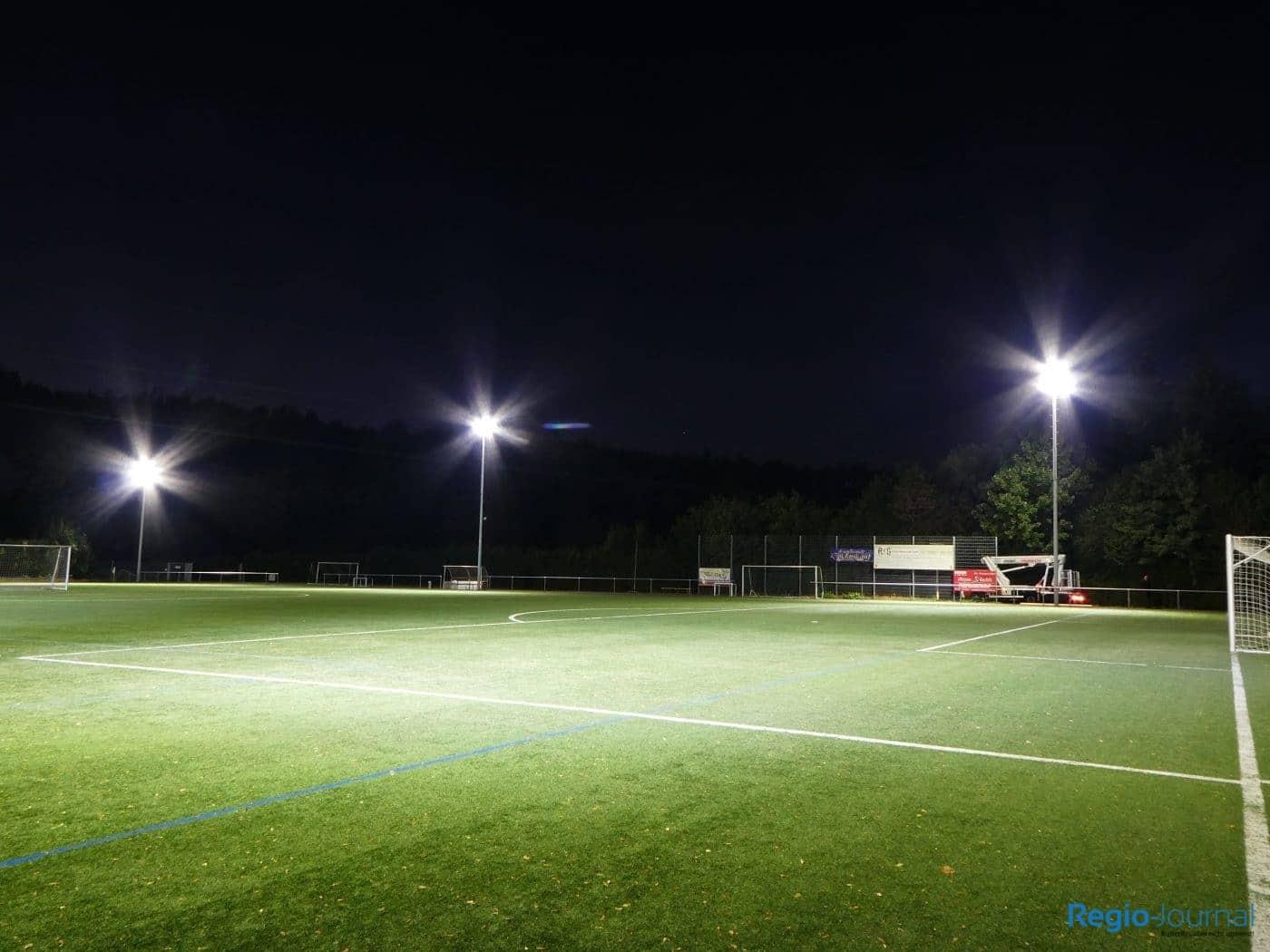 Strahlend hell: Die neue Flutlichtanlage der DJK Bildstock