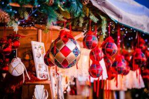 Świąteczne dekoracje na jarmarku bożonarodzeniowym