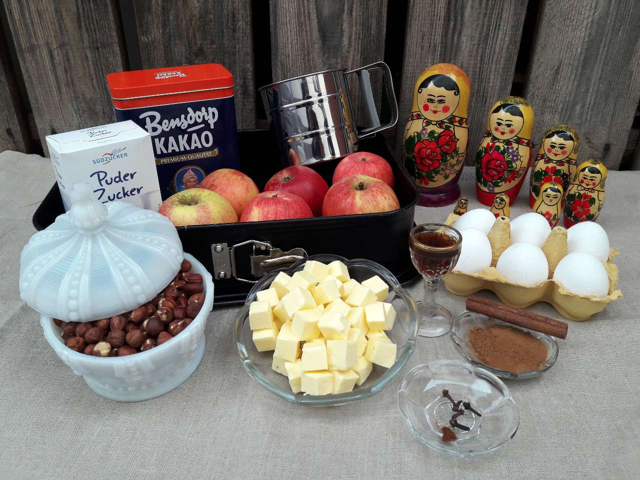 Die Zutaten für den weihnachtlichen Apfelkuchen