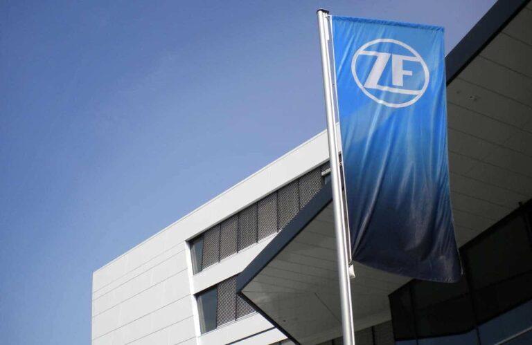 Eine ZF Fahne an einem Stützpunkt | Bild: ZF Friedrichsthafen AG