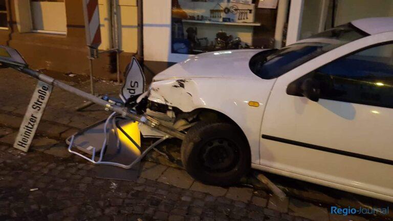 Der verunfallte PKW vor einem Ladengeschäft in Friedrichsthal | Bild: Leser privat