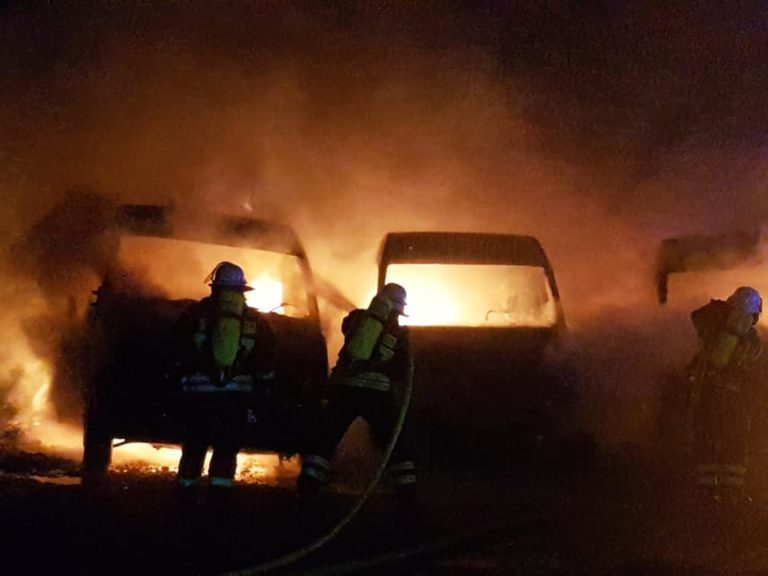 Die in Flammen stehenden Fahrzeuge | Bild: Löschbezirk Stadtmitte |tt