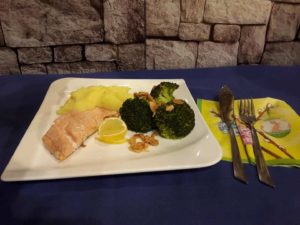 Salmon with broccoli, leafy almonds and mashed potatoes