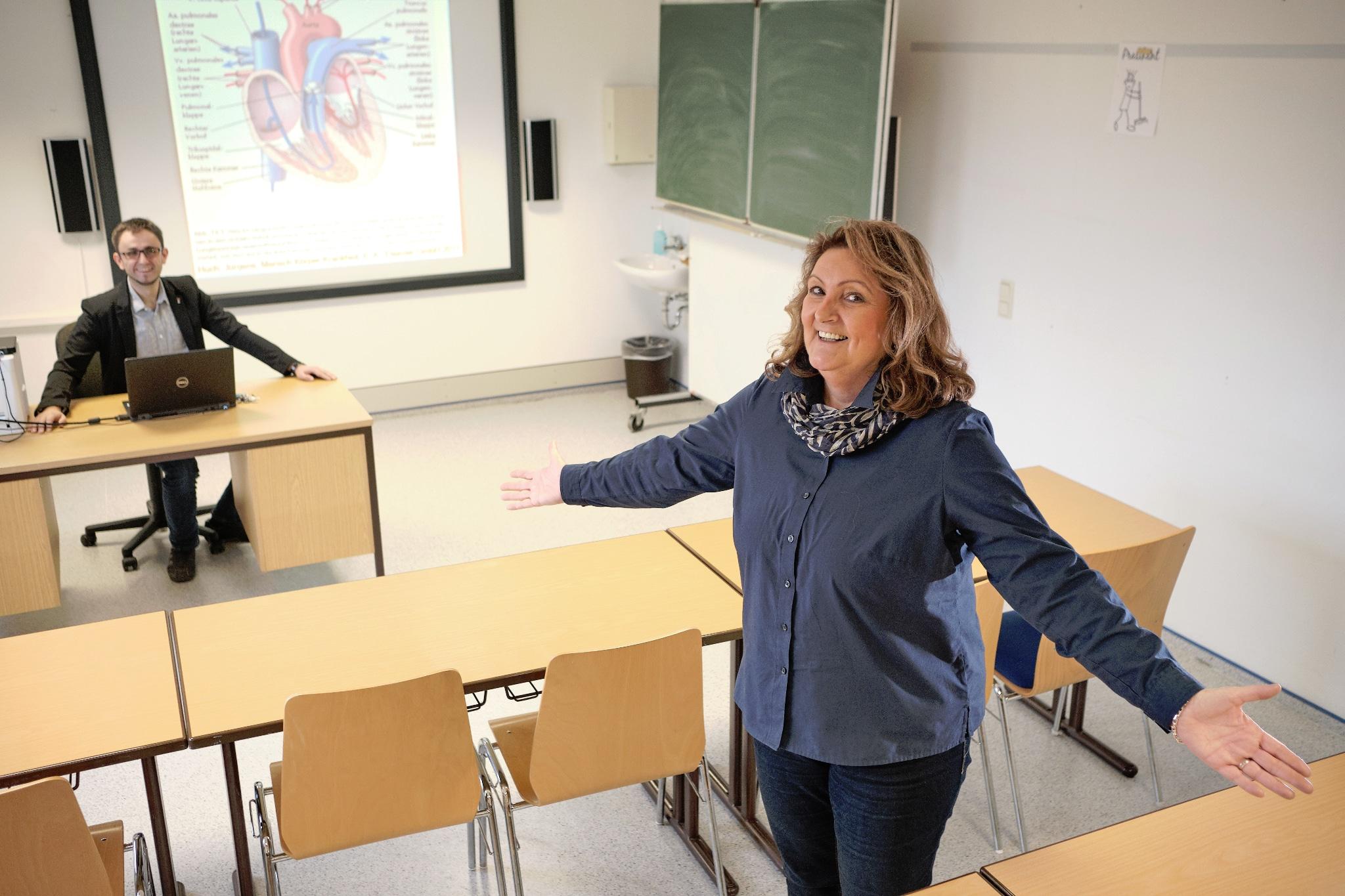 Schulleiterin Anja Fried und Pflegepädagoge Matthias Maldener im Klassenraum | Bild: KK Saar