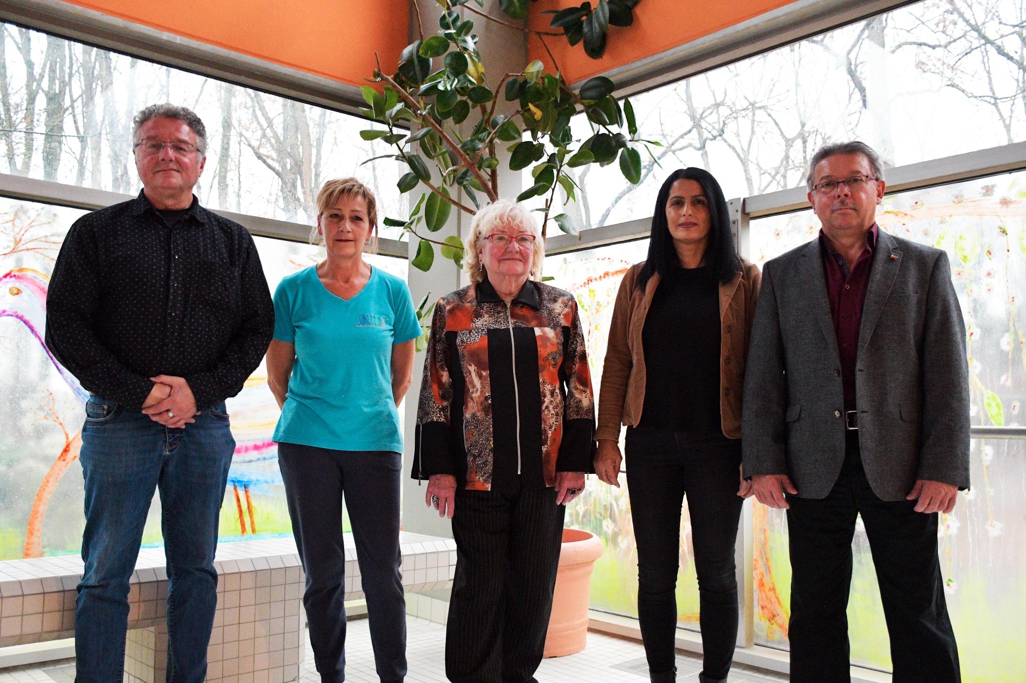 V.l.n.r: Herr Huppert (Stadtwerke Sulzbach), Frau Heupp (Bäderteams) Frau Wagner (Spenderin), Sonny vom Bistro Relax und Herr Bosel von der KDI