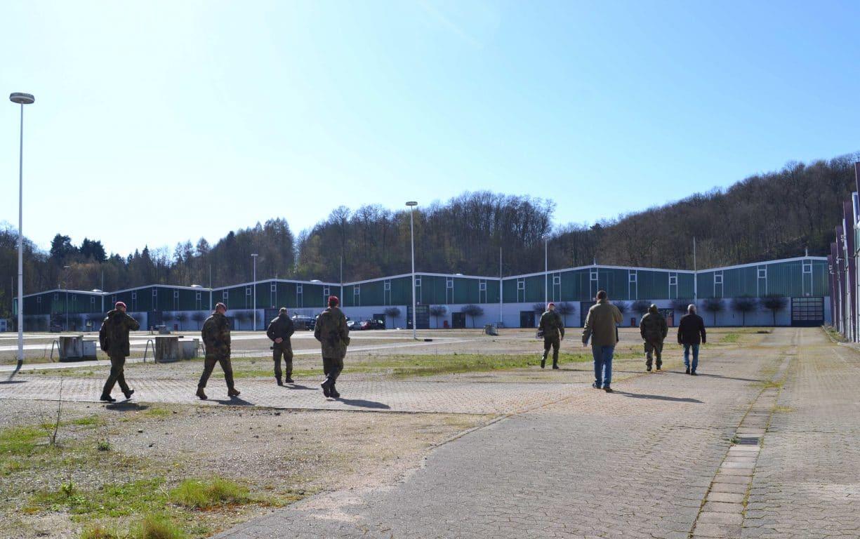 Gesundheitsamtleiter Alexander Birk und Vertreter der Bundeswehr und der Kassenärztlichen Vereinigung prüfen die Eignung des Messegeländes für die Einrichtung einer Drive-In-Teststation