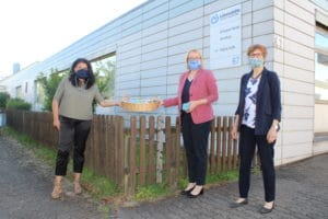 From left to right Angelika Schallenberg, Managing Director of Lebenshilfe Sulzbach- / Fischbachtal, accepts a whole basket of everyday masks from Anja Wagner-Scheid and Helga Schmidt, Chair of the Frauen Union Saarland. (Photo: Lebenshilfe SFT)