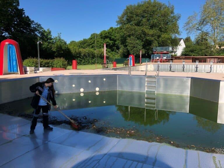 Reinigung des Edelstahlbeckens durch Schwimmmeisterin Jessica Horne | Bild: Stadt Friedrichsthal