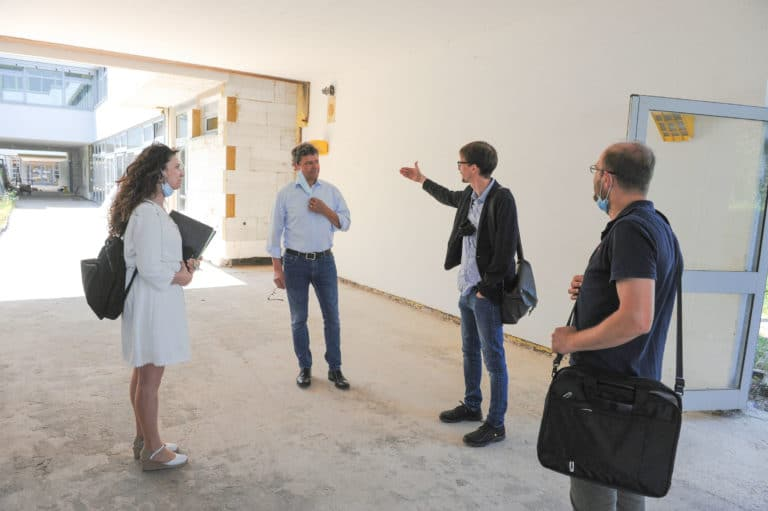 Regional association director Peter Gillo (2nd from left) is informed on site about the construction progress at the community school Riegelsberg by construction manager Nils Kummer (3rd from left) in the presence of project manager Daniela Diliberto and construction worker Christian Ackermann (4th from left) Image: Stephan Hett / Regional Association