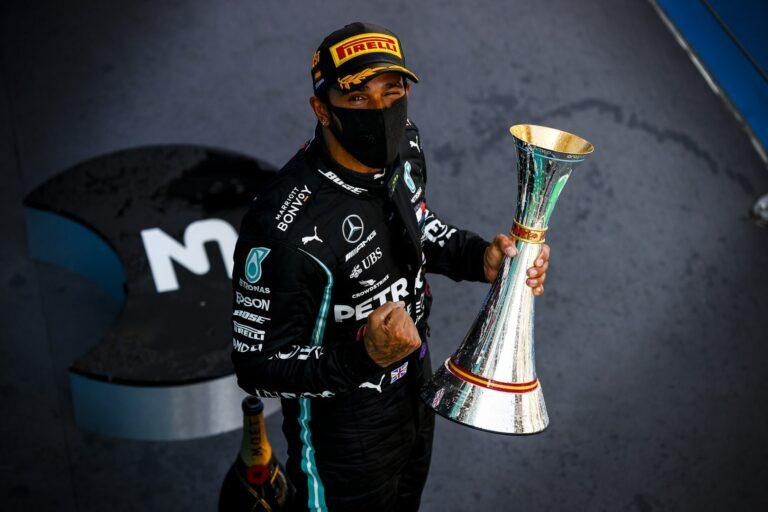 Grand Prix Hiszpanii 2020, Hamilton z trofeum | Zdjęcie: LAT Images