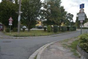 Einfahrt in den Birkenweg zur Kita und Grundschule
