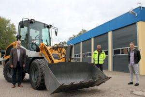 Fachbereichsleiter Jörg Schmitt, Mario Morreale (Leiter Baubetriebshof) und Sebastian Baltes (Bauverwaltung, v. li. n. re.) freuen sich über den neuen Radlader | Bild: Gemeinde