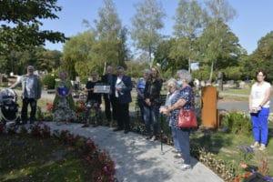 Mitglieder der Arbeitsgruppe Friedhof, Mitarbeiter der Stadtverwaltung bei der Übergabe