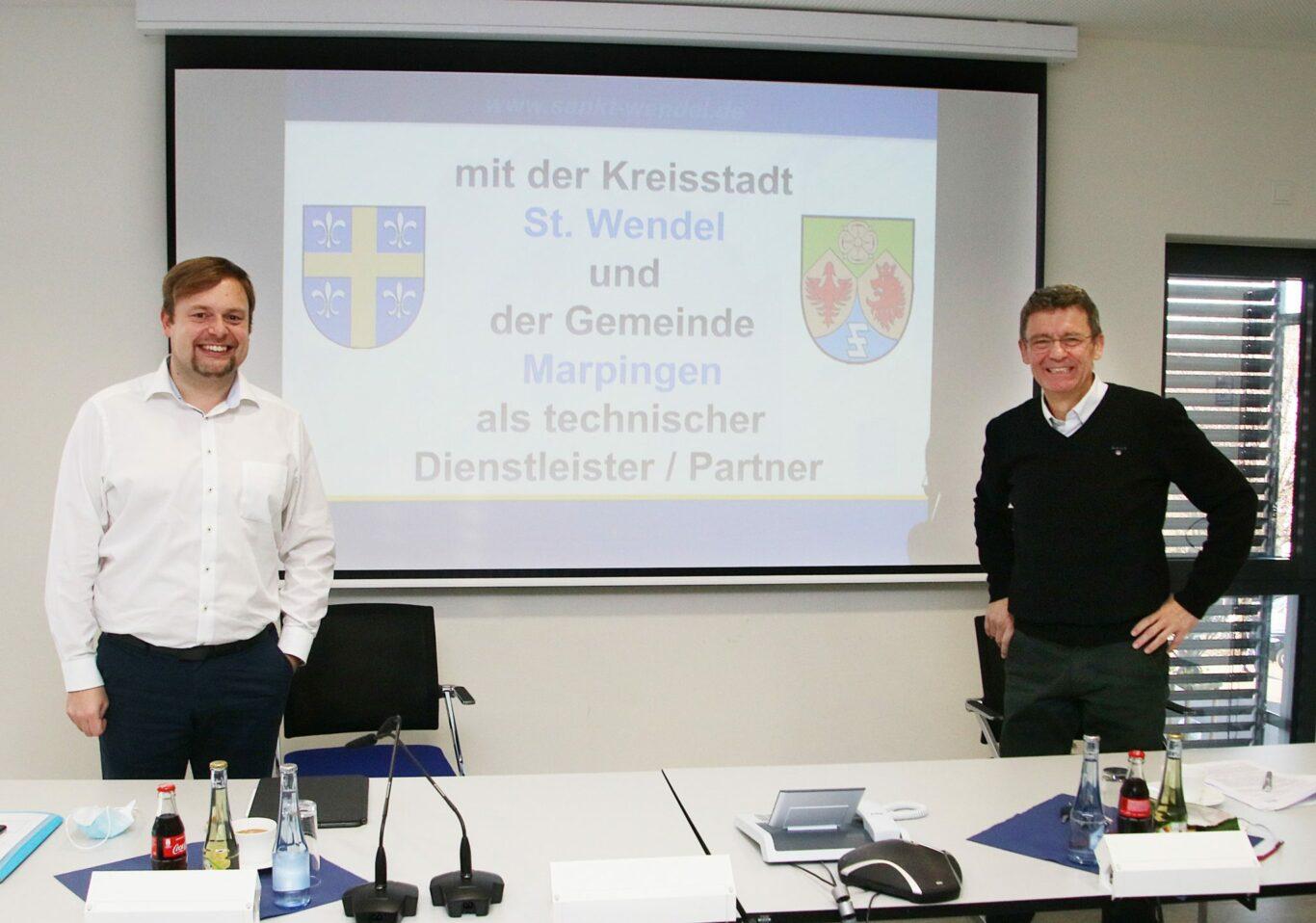 Marpingens Bürgermeister Volker Weber und St. Wendels Bürgermeister Peter Klär stellen das gemeinsame Rechenzentrum vor.