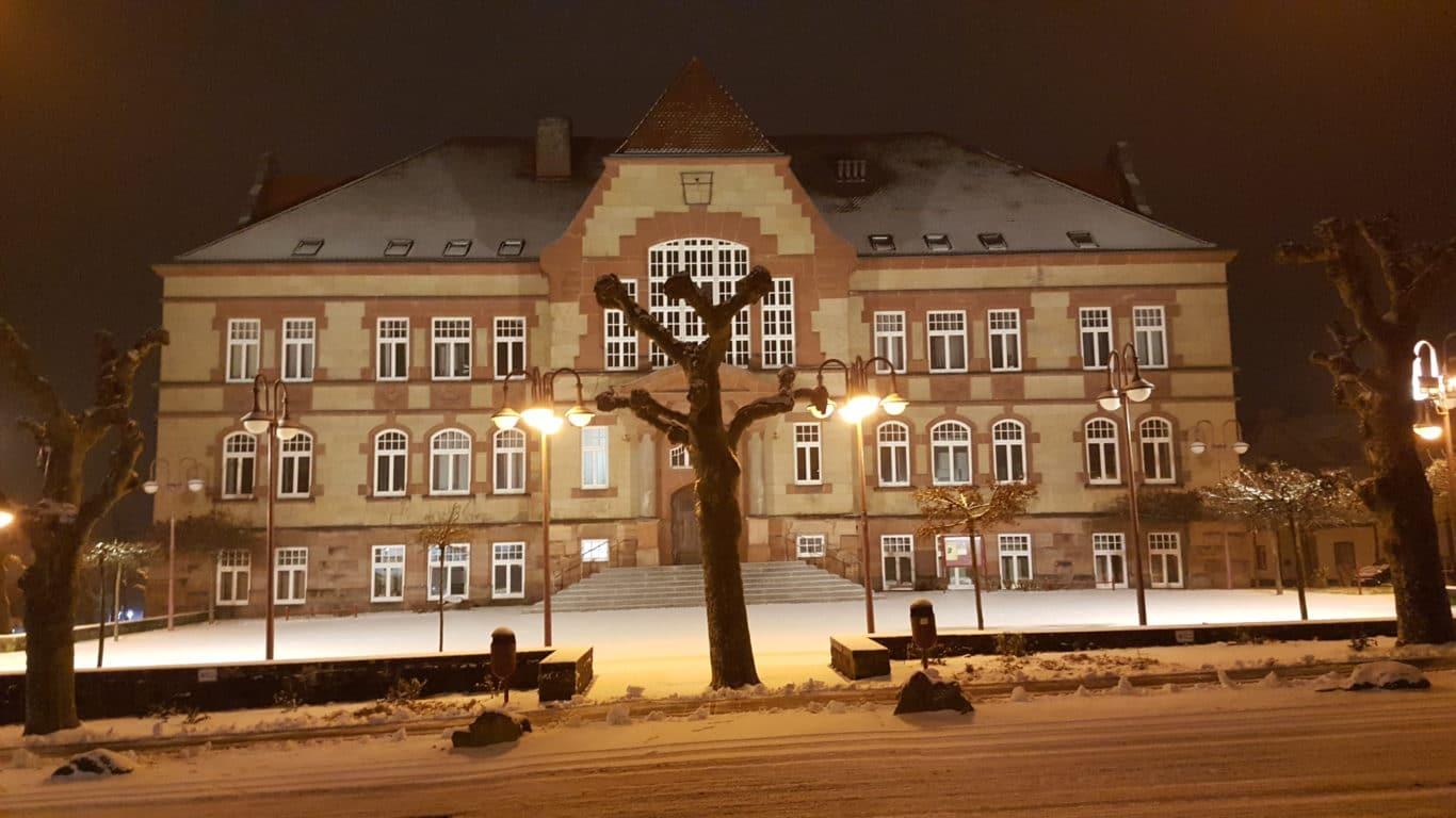 Das beuleuchtete Rathaus im Schnee