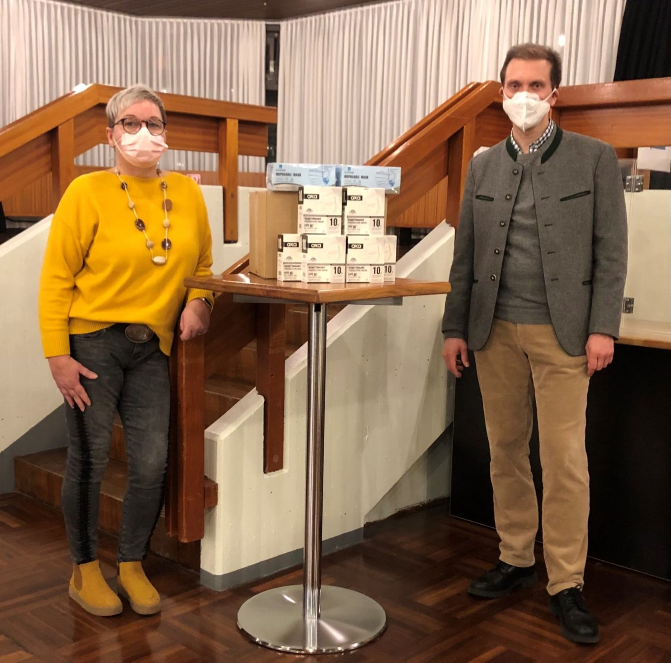 vlnr. Christina Wieth nimmt die 300 Schutzmasken von OB Ulli Meyer in Empfang | Bild: Florian Jung