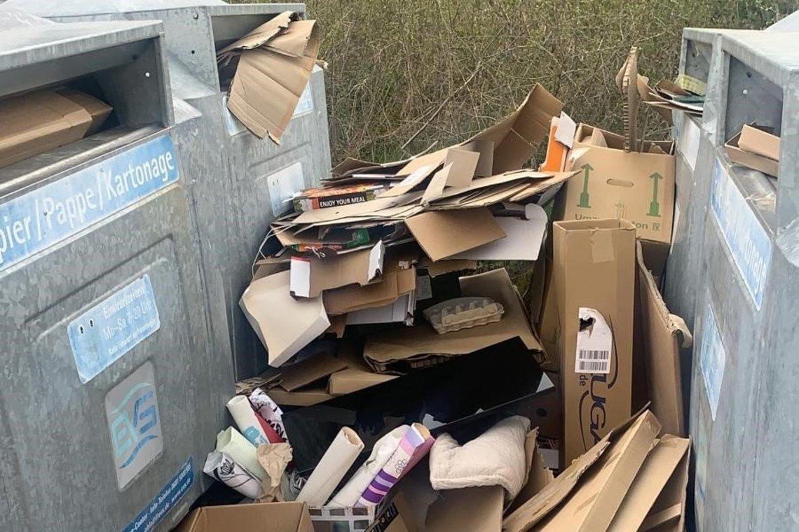 Überfüllte Papiercontainer