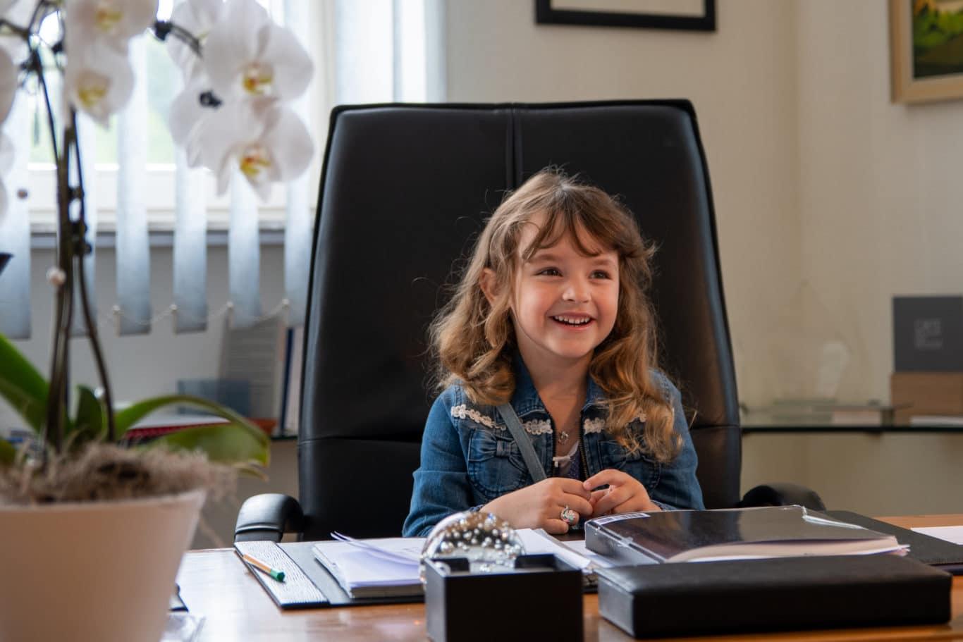 Mathilda am Schreibtisch des Bürgermeisters