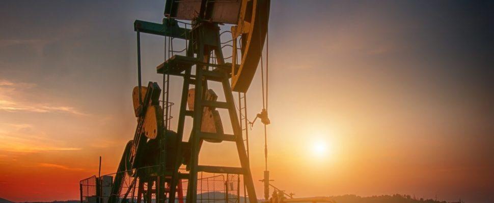 Eine Öl-Förderanlage im Sonnenuntergang