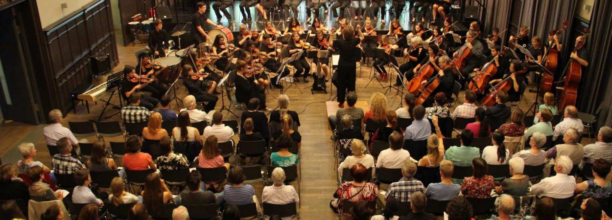 Das Orchester bei einem Konzert in der Aula | Bild: Sascha Vogelgesang
