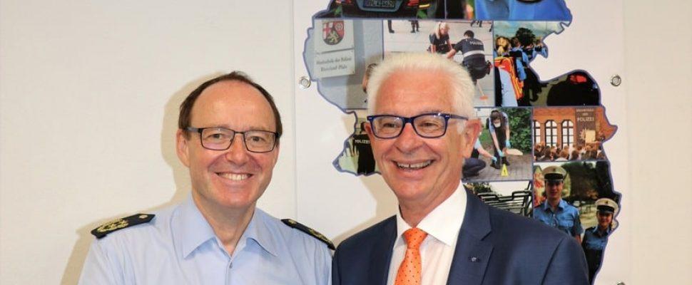 Der Direktor der Hochschule der Polizei Friedel Durben mit dem Direktor der Unfallkasse Rheinland-Pfalz