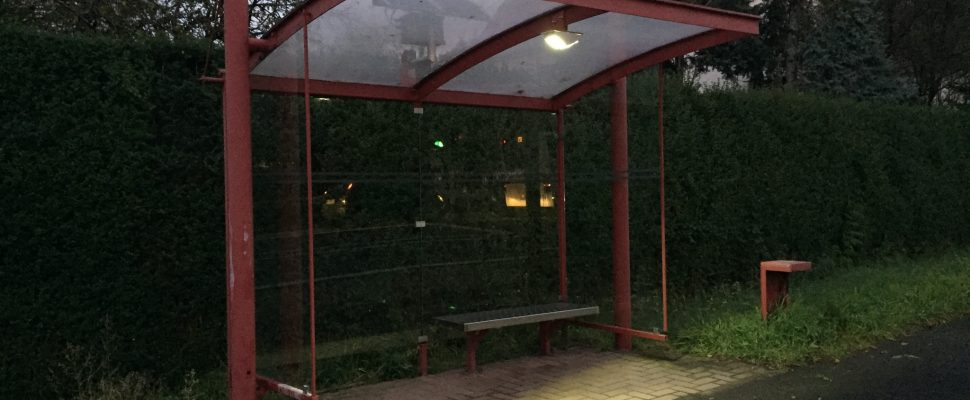 Die beleuchtete Haltestelle am Klaraschacht