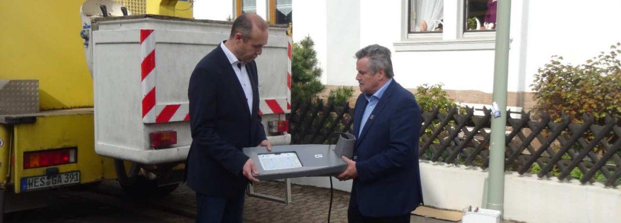 Bürgermeister Schultheis (rechts) sichtet die neuen Leuchtmittel | Bild: Stadt Friedrichsthal