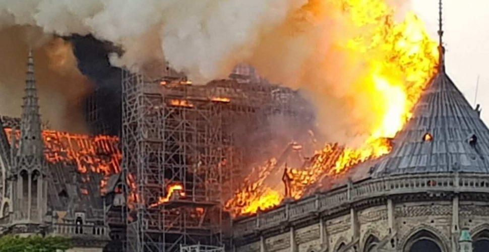 Die Notre-Dame steht in Flammen | Bild: Nikolaus Kern (Twitter @KernNiko)