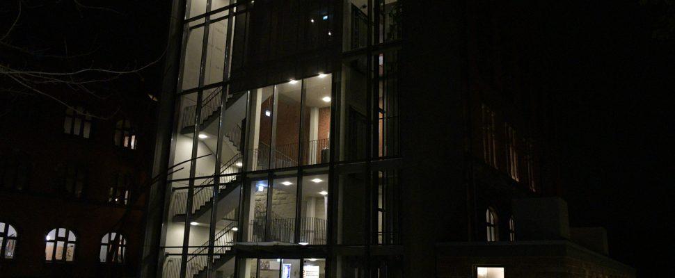 Die Sulzbacher Aula bei Nacht