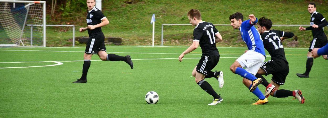 Lukas Schweitzer gegen zwei Gegenspieler