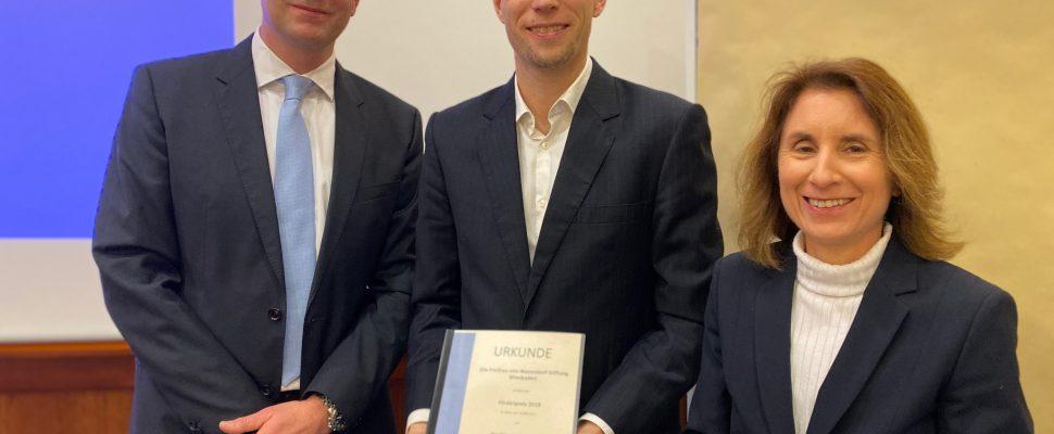 Dr. Lars Frisch (Stiftungsvorstand der Freifrau-von-Nauendorf-Stiftung), Preisträger PD Dr. Boris Stanzel (Augenklinik Sulzbach), Dr. Kaschlin Butt (Leiterin des Gesundheitsamts Wiesbaden)
