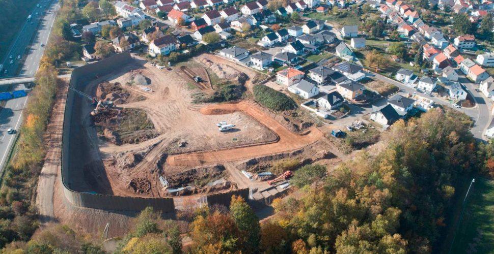 Bauarbeiten an der neuen Lärmschutzwand im Wohngebiet