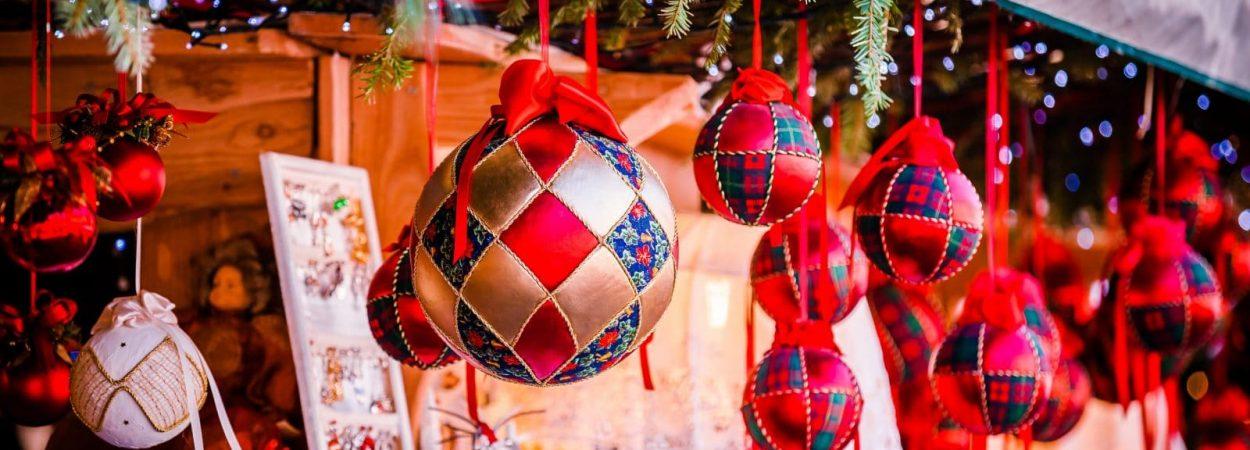 Weihnachtliche Dekoration auf dem Weihnachtsmarkt