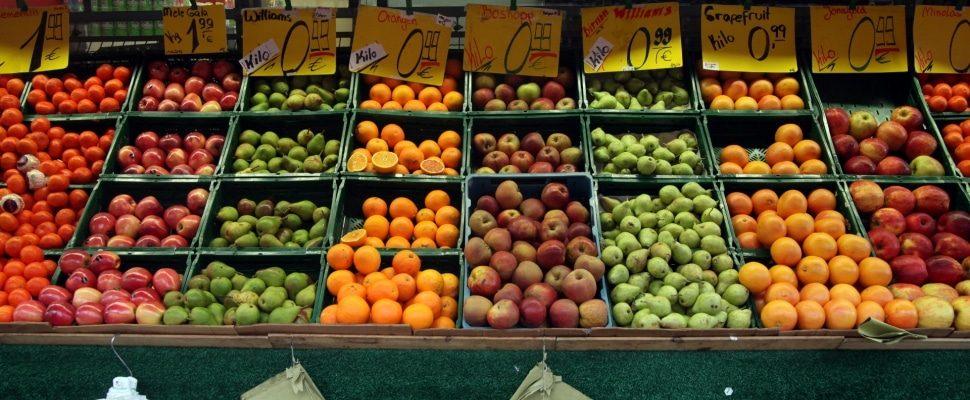 Frutas en un puesto de frutas, sobre dts