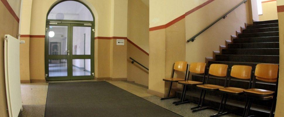 Stühle im Flur einer Schule, über dts