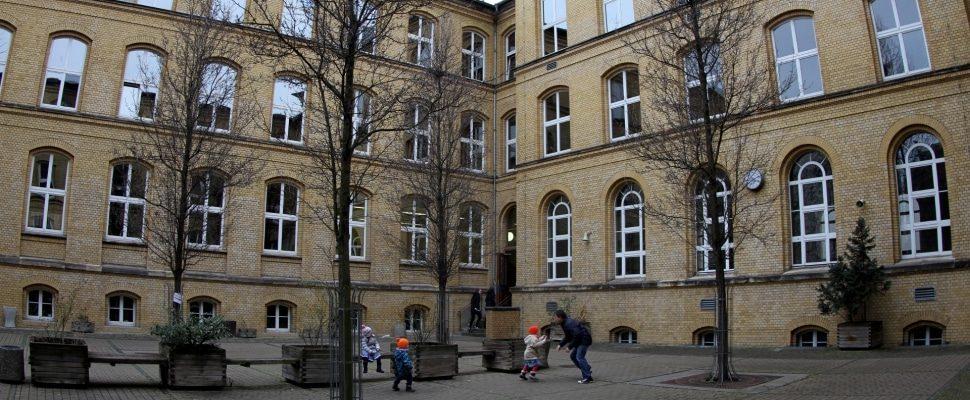 Kinder spielen auf einem Schulhof, über dts