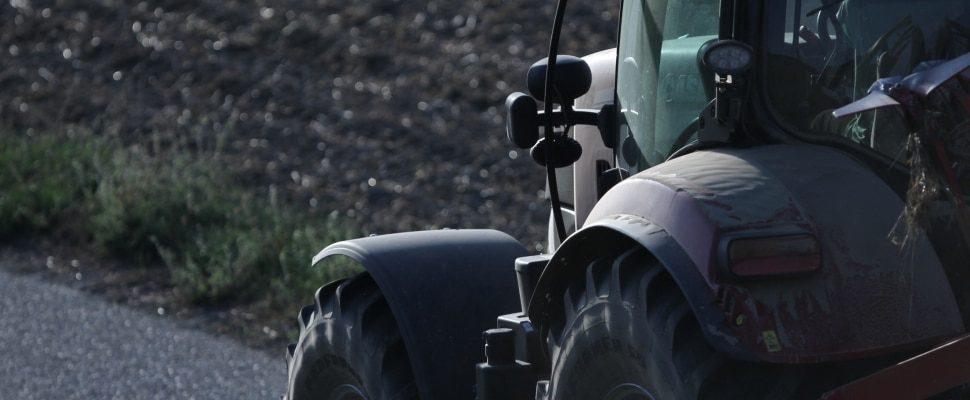 Bauer auf Traktor, über dts