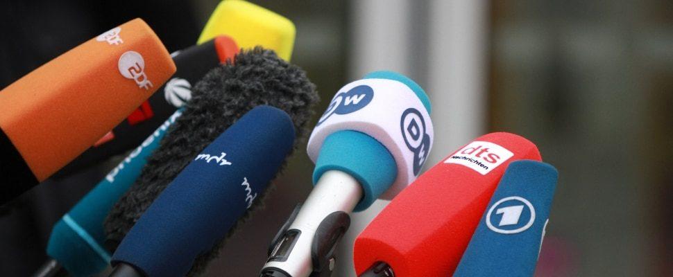 Mikrofone von Journalisten, über dts