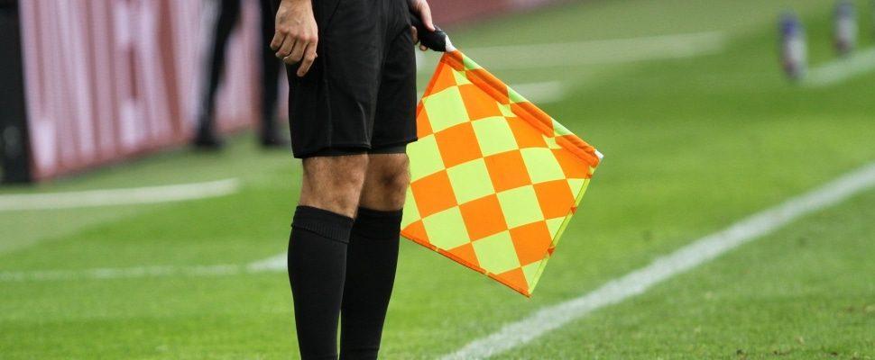 Linienrichter beim Fußball mit Fahne, über dts