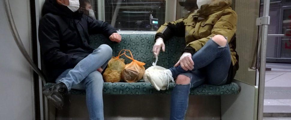 Zwei Männer mit Atemschutzmaske in Berliner S