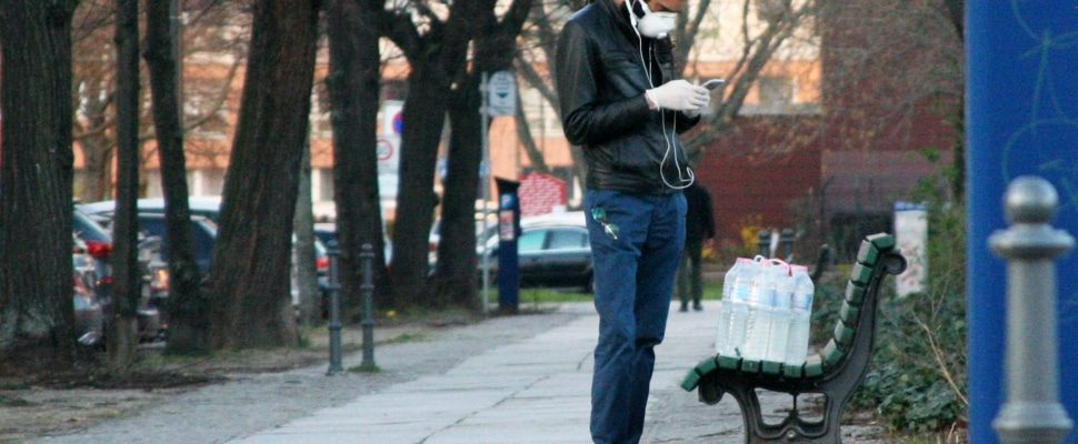 Mann mit Wasserflaschen und Mundschutz, über dts