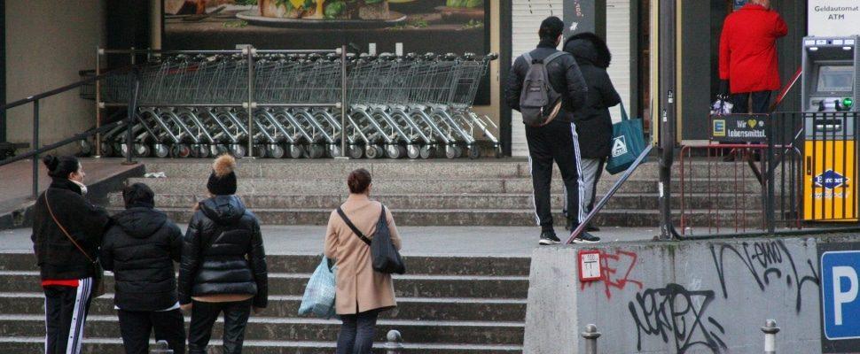 Haciendo cola delante del supermercado, sobre dts
