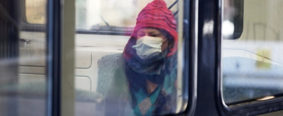 Frau mit Schutzmaske in einer S